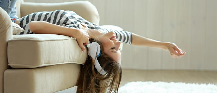 woman on the sofa with headphones on