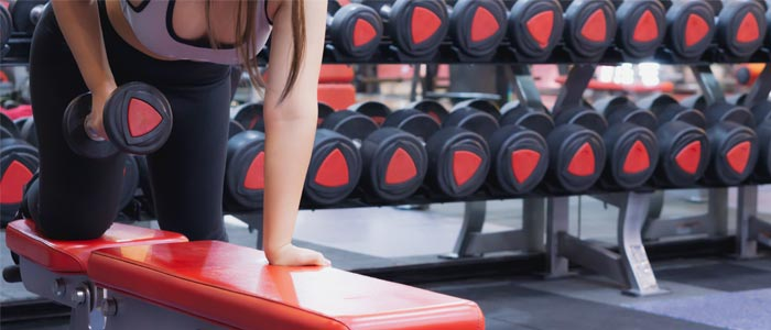 woman doing dumbbell rows